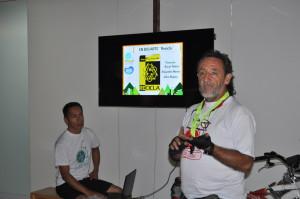 Oscar Talero, miembro del colectivo EnBiciArte, exponiendo su proyecto ReCicla / Foto Juan José Rueda