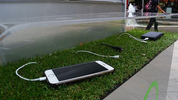 Novedosa creación de Icesista permite cargar celulares con energía solar