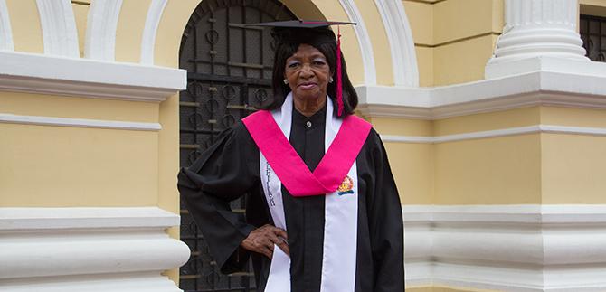 Margarita Popo se graduó de bachiller a los 76 años