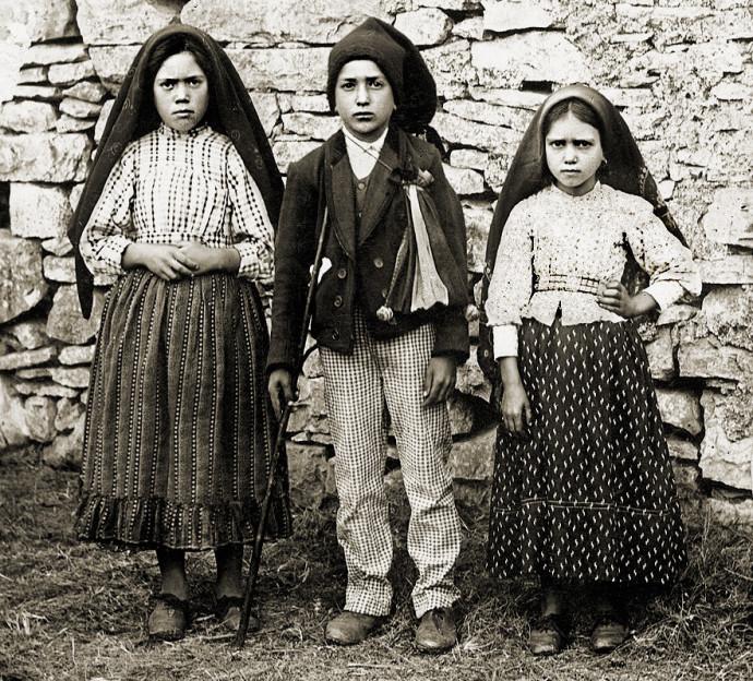 Lucía, Francisco y Jacinta / Foto Joshua Benoliel - http://www.santuario-fatima.pt in Ilustração Portuguesa no. 610, 29 October 1917, Dominio público, https://commons.wikimedia.org/w/index.php?curid=6785257
