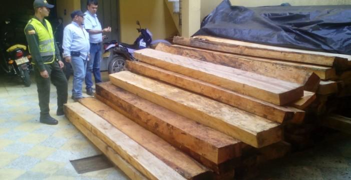 CVC y Policía inspeccionan depósitos de madera en Roldanillo