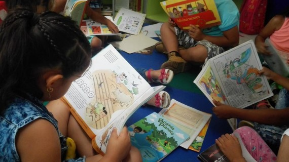 A través de la lectura, los niños y niñas aprenden del medio ambiente