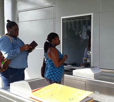Al servicio taquilla sur en estación Universidades