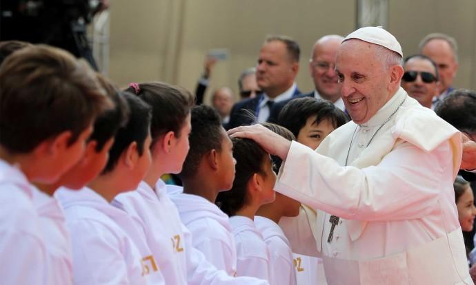 La interacción permanente con niños, niñas y jóvenes fue una constante en el primer día del Santo Padre en Colombia / Foto Nelson Cárdenas /Presidencia de la República