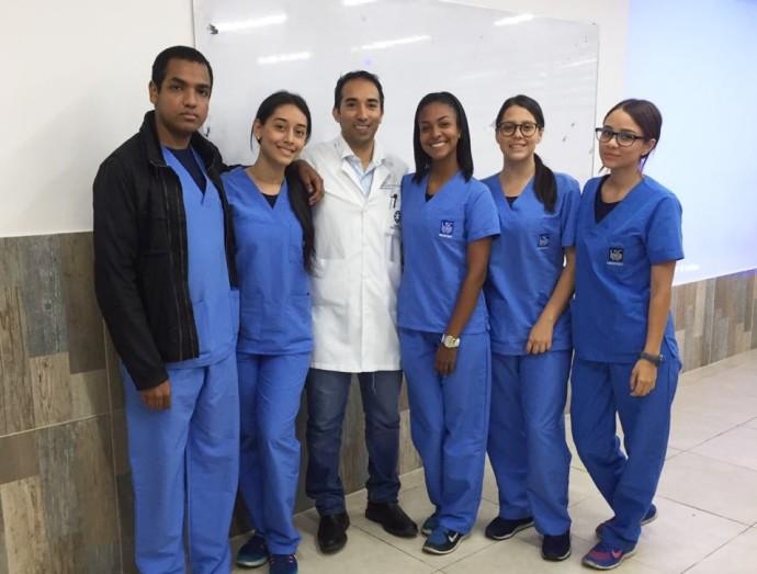 Fuente El médico e investigador santiaguino, Carlos Clavijo (al centro), ha conseguido destacarse en su carrera por su alta producción investigativa