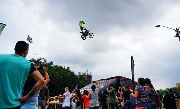 Tatán voló con su moto en la Feria de Cali
