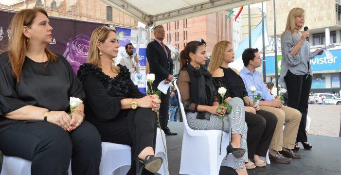 La gente se unió al duelo y rechazo a la violencia contra la mujer que realizó la Gobernación