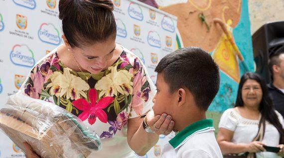 En Cali, más de 3000 estudiantes víctimas del conflicto reciben uniformes escolares
