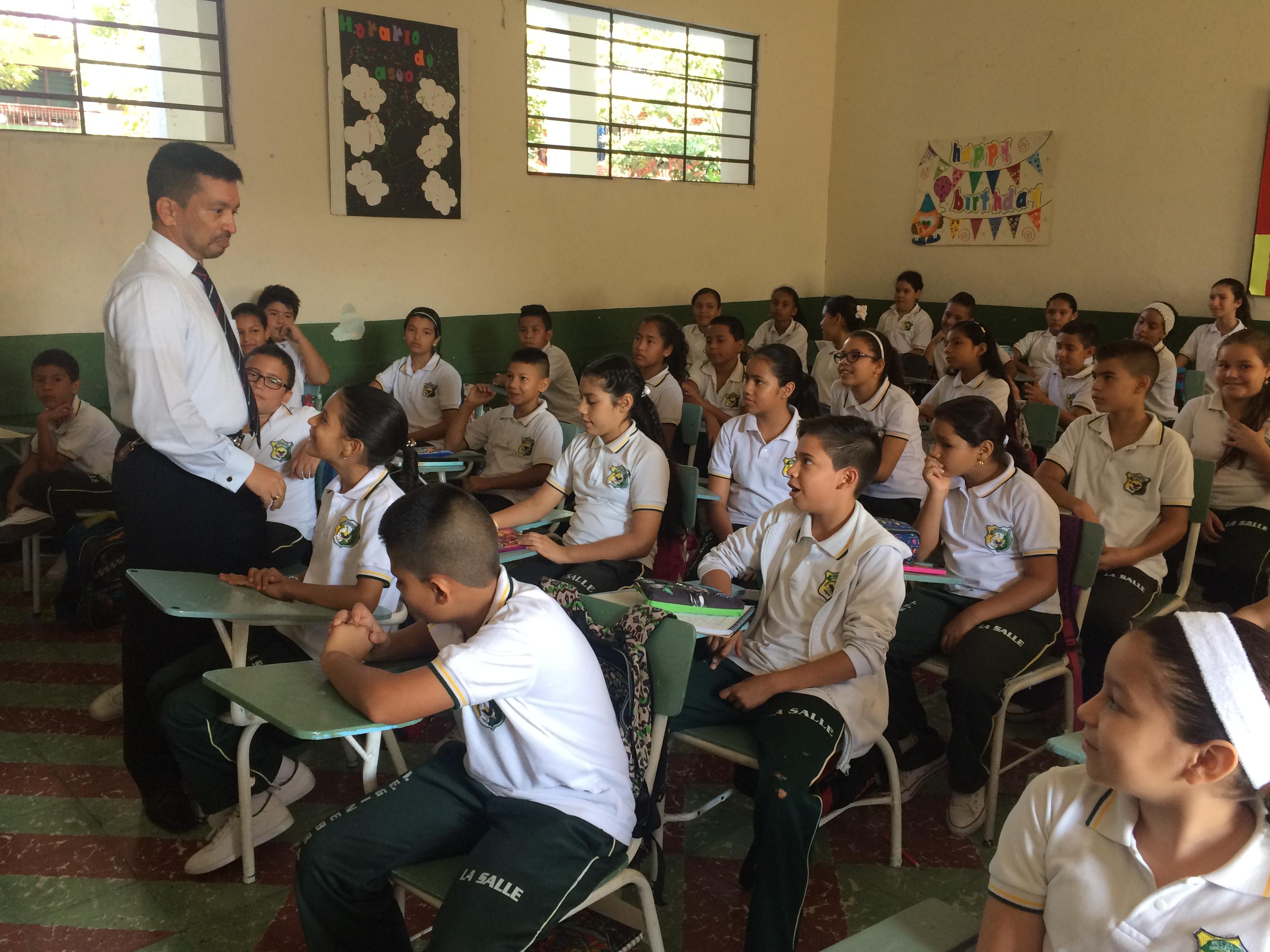 Gobernación del Valle exalta labor educativa de los maestros en su día