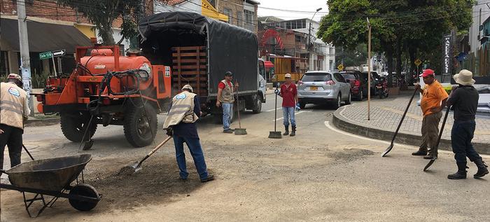 Bachetón arregla vías en el interior de los barrios