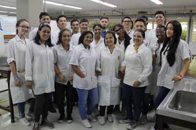 Estudiantes de colegios buscan producir plástico a partir de la papa