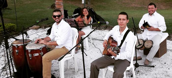 Sabor y mucha salsa en 'Jueves del Samán', con la agrupación Son Mojito