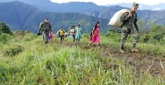 Misión humanitaria de la Gobernación del Valle evacuó a niños del resguardo Cañón de Garrapatas