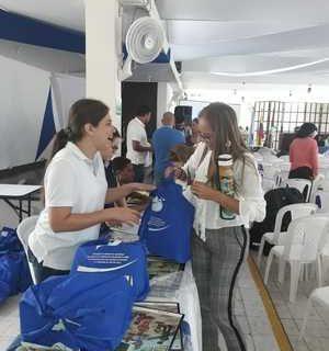 Entregan maletas pedagógicas a docentes de inglés de instituciones educativas oficiales