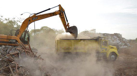 Continúan las labores de limpieza de la escombrera de la 50