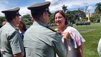 Profesora recibe medalla