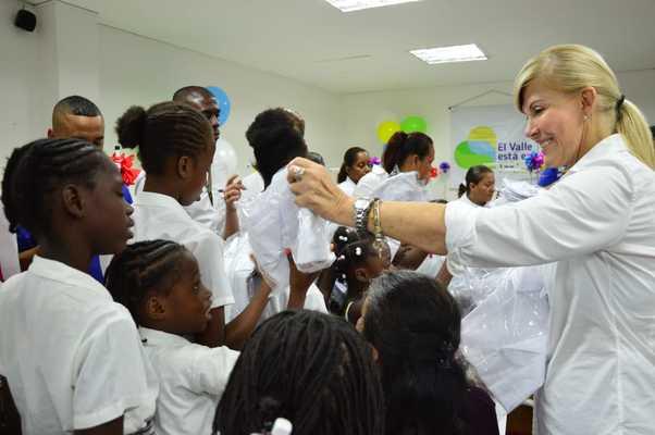 50 mil camisas escolares para niños de Buenaventura están produciendo 70 mujeres capacitadas por la Gobernación y la Fundación Singer