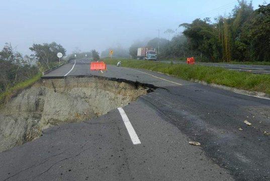 Puente o muro de contención serían las soluciones a desprendimiento de la vía Buga-Buenaventura