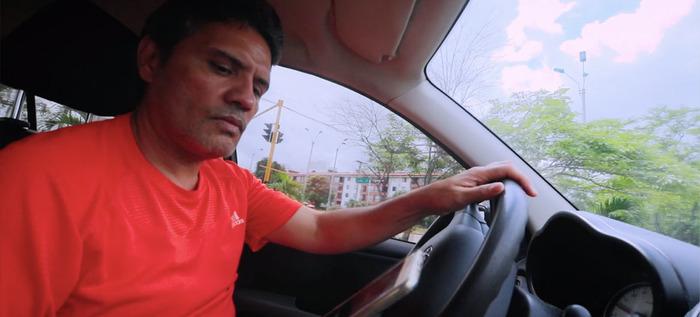 Uso del celular mientras conduce, aumenta cuatro veces el riesgo de accidentes