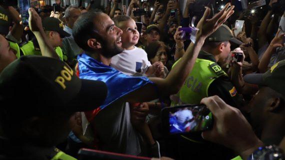 El campeón de Wimbledon llegó anoche a Cali