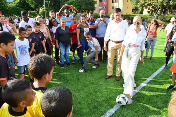 Comuna 18 de Cali estrenó nueva cancha sintética de fútbol 11 gracias a la Gobernación del Valle