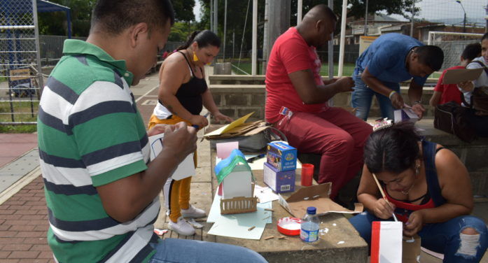 Excombatientes, familias y vecinos elaboran un pesebre para la comunidad de Siloé