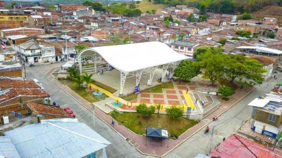 Gobernadora entregó cancha múltiple con cubierta a comunidad de Alto Bonito, en Buga
