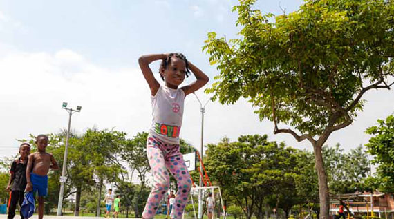 Los niños y niñas de Valle Grande juegan al piso