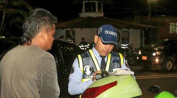 Autoridades de tránsito ponen freno a conductores que se manejan mal en la vía al mar y avenida Ciudad de Cali