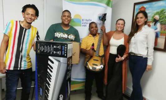 Cuidadoras y un grupo musical integrado por personas con discapacidad, recibieron equipos por parte de la Gobernación del Valle