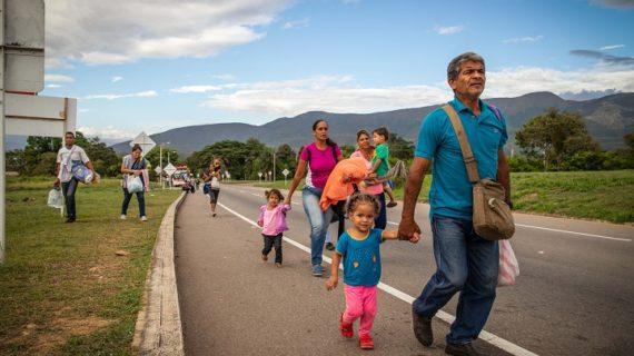 """""""100 kilómetros en sus zapatos"""", acompañando a los migrantes en su tránsito por Colombia"""