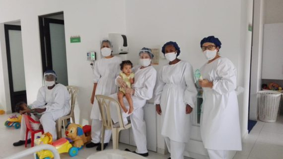 La Cámara de Comercio de Cali y Spataro Nápoli donan 3.000 trajes de bioseguridad a fundaciones que atienden adultos mayores y niños